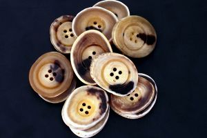 Pale edged genuine horn buttons